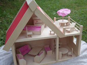 Dřevěný nábytek, nádobí, domečky